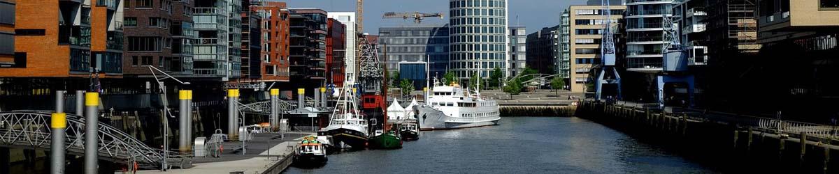 ein Seitenarm im Hamburger Hafen mit Stadtblick