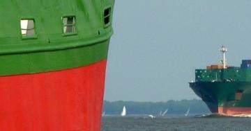 Zwei Containerschiffe begegnen sich auf der Elbe