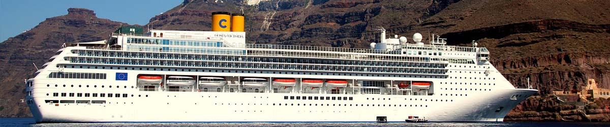 Costa Kreuzfahrtschiff liegt vor einer zerklüfteten Küstenregion