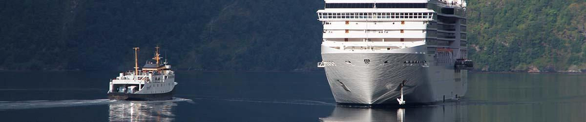Kreuzfahrtschiff im Fjord in der nähe kreuzt eine Fähre